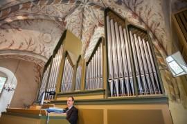 Laitilan kanttori Stephan Evans soittaa 40-vuotiaita urkuja juhlakonsertissa.