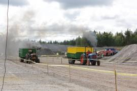 Vakiveto-kisoissa sora lentää, kun kaksi traktoria kilpailee voitosta.