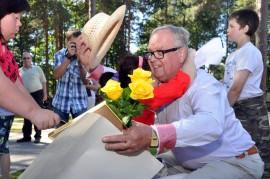 Lastenkotien ja vanhainkotien pitkäaikainen avustaja Kalevi Hietanen sai välillä sellaisia halauksia, että hattu lähti päästä. Kuva: Kari Parsama