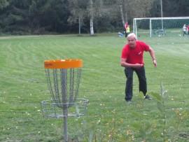 Jorma Nurmi on tuttu näky Palmusen frisbeegolfkentällä.