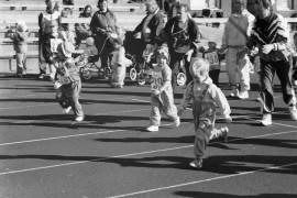 Perhepäivähoitolasten juoksukilpailuissa pikkuiset mittelivät juoksun lisäksi pituushypyssä. Tärkeintä ei ollut voitto, vaan osallistuminen. Laitilan Sanomat 8.9.1985