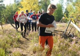Lähdön jälkeen vauhdikkaimmin metsään paineli Raula Teamin Mikko Raula, muut aloittajat vielä suunnittelevat reitinvalintaa ykköselle.