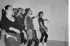 Vatsatanssi sai naisten lanteet liikkeelle Laitilassa järjestetyllä vatsatanssikurssilla. Laitilan Sanomat 29.9.1995
