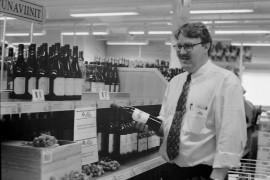 Ranskalaisviinit katosivat  Alkojen hyllyistä myrkytysuhkauksen vuoksi viime perjantaina. Nyt ranskalaisia viinejä on jälleen saaatavilla. Laitilan Alkon myymälän päällikkö Juri Helmiön hyllyssä olevien viinien turvallisuus on tutkittu. Laitilan Sanomat 22.9.1995