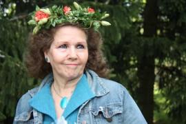 Marjo Raiskinmäki kruunattiin Mrs Rinkplummaksi Hullun kukon torilla.