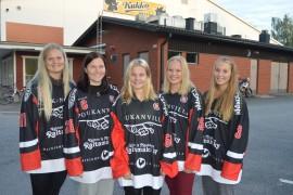 Ella Hellsten (vas.), Jasmin Kiiski,  Laura Kyllönen, Anniina Eloa ja Fanni Elo pelaavat maailmanmestaruudesta Suomen nuorten maajoukkueessa.