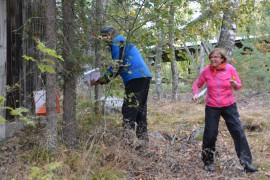 Ensikertalaiset Kaarina ja Jorma Perhe rastitunnelmissa lennokkaan loppusuoran jo avautuessa, kotikylänsä Rohdaisten metsissä.