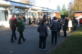 Turvapaikanhakijoiden olot kiinnostivat laitilalaisia ja Hartikkalan pääovelle syntyi tungosta heti ovien auettua. Kuva: Pirkko Varjo