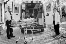 Sairaankuljettajat Marika Virtanen ja Petri Tapani ovat tyytyväisiä uuteen autoon, jossa on enemmän tilaa. Laitilan Sanomat 13.10.1995