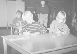 Laitilassa on tänä syksynä selvitetty mahdollisuuksia esiopetuksen aloittamiseksi. Elina Järvelä ja Ville Valtteri Rintala ovat mukana päiväkodin esiopetusryhmässä. Laitilan Sanomat 20.10.1995