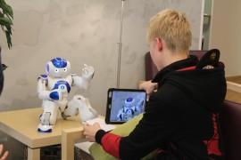 Laitilan Sanomien TET-harjoittelija kävi haastattelemassa Lydia-robottia. Kuva: Maria Suomi