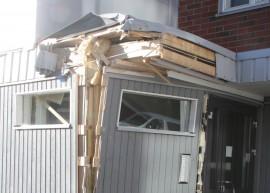 Pihlakujalla sijaitsevan kerrostalon seinä meni rikki rekan perävaunun törmätessä taloon tiistai-iltana.