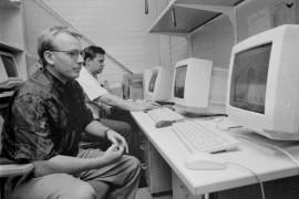 Kari Jalava ja Erkka Huhtamaa ovat jo sinut Laitilan Ammatillisen aikuiskoulutuskeskuksen uuden, nopean verkon ja Laitilan ensimmäisenä internet-palvelimen kanssa. Seuraavana on vuorossa henkilökunnan koulutus sähköpostin käyttöön. Laitilan Sanomat 4.10.1996