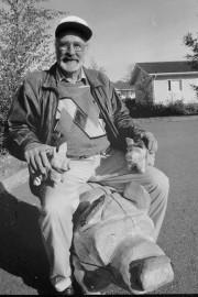"""Viime kesänä Arto Vaajasaari vietti tiiviisti turuilla ja toreilla sekä markkinoilla kauppaamassa sika-arpoja Kaivolan kylän hyväksi. """"Pane siihen, että kuvassa on neljä sikaa"""", velmuili Vaajasaari. Laitilan Sanomat 27.9.1996"""
