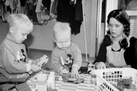 Linja-autoaseman talossa aloitti viime viikolla toimintansa uusi palveluyritys, Hoitotäti Peppi. Hoitotädin luokse voi tuoda lapset hoitoon siksi aikaa, kun itse käy kaupassa tai asioilla. Lastenhoitajana toimii Minna Blomster, joka maanantaina leikki yhdessä Albert ja Anton Vennon kanssa. Laitilan Sanomat 9.10.1996