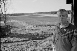 Tapio Kuusisto ihailemassa näkymää, joka vuosikymmenien saatossa on tullut tutuksi. Näissä maisemissa hän on syntynyt ja kasvanut. Laitilan Sanomat 15.11.1996