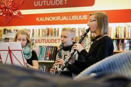Yllätyskonsertti Kirjakaupassa! Maanantaina Nea Nyholm (vas.), Juho Sainio ja Jenna Kronbäck piristivät musisoinnillaan. Kuva: Maria Suomi