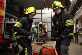 Hydraulisia pelastuslaitteita tarvitaan, jos palokunta saa hälytyksen liikenneonnettomuuspaikalle. Salla Virtanen ja Henry Ali-Mattila näyttävät mihin muun muassa auton purkamiseen käytettävä laite pystyy.