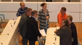Palvelurakenneohjelman käsittelyn aikana pidettiin eilen valtuustossa myös neuvottelutauko. Asiaa puivat kokoomuksen Juha Nurminen, Ville Varjo, Kyösti Kuronen, Jarkko Männistö, Elisa Kivi-Jalonen ja Jussi Perkkola sekä perussuomalaisten Lea Vainiotalo  (keskellä).