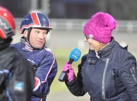 Laura Ruohola teki voittajahaastatteluja Turun T75-raveissa viime lauantaina. Haastateltavana Risto Väre. Kuva: Rauli Ala-Karvia