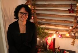 Sari Airola etsii ideoita kodin koristeluun muun muassa joululehdistä. Suunnitelmia joulun varalle tulee tehtyä aina paljon enemmän kuin ehtii toteuttaa. Kuva: Pirkko Varjo