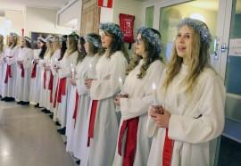 Lucia-kulkueineen esiintymässä Kaukolankodissa. Kuva: Maria Suomi