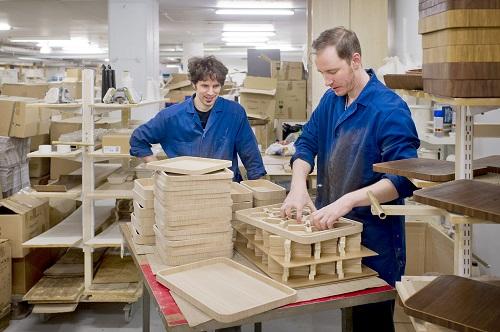 Turku Design Now! -ryhmän joulumyyjäiset järjestetään Tonfisk Designin tehtaanmyymälässä, jossa muutama päivä ennen myyjäisiä oli tekemisen meininki. Brian Keaney (vas.) ja Niko Rantanen viimeistelivät tuotteita. Edessä oli vielä kovin urakka eli tilan tyhjentäminen ja myyjäisten pystyttäminen. TS/Jonny Holmén
