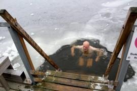 Matti Naukkarinen on harrastanut avantouintia viitisen vuotta. Vedessä viivytään vain vähän aikaa. Kuva: Pirkko Varjo