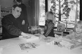 Isovanhemmat vierailivat päiväkodissa. Eveliina ja Susanna riemastuivat saadessaan pappansa Rauno Koskisen leikkikaveriksi. Laitilan Sanomat 21.2.1996