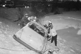 Harjoituksessa pelastajat joutuivat irrottamaan ojaan suistuneesta autosta matkustajat. Laitilan Sanomat 21.2.1996