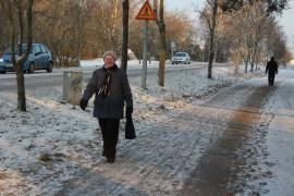 Laitilalainen Hilkka Forsman ei kärsi pakkasesta. – Jos pakkasta olisi 40 astetta, sitten en enää varmaan lähtisi ulos kävelemään, Forsman naurahtaa.Kuva: Maria Suomi