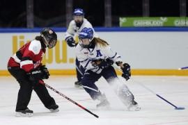 Ilmiömäisen lahjakkaalle Susanna Tapanille (oik) ovat vuosien varrella tulleet tutuiksi sekä ringeten että jääkiekon MM-jäät. Kuva: Jouni Valkeeniemi