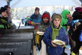 Ruoka maistuu ulkona. Laitilalaiset Samuel Saarikoski (edessä) ja Topi Haijanen ovat saaneet hernekeittonsa. Kuva: Pirkko Varjo