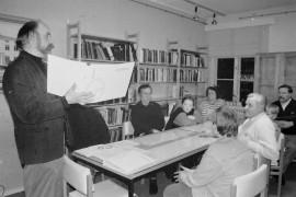 Maaseudun sivistysliiton aluesihteeri Markku Hattula esitteli kylien kehittämisen apuna toimivaa kyläkansiota Untamalan ja Soukaisten kylätoimikuntien edustajille Laitilan kirjastossa. Laitilan Sanomat 1.3.1996