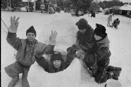 Untamalan koulun pihalla järjestettiin talvinen taidetapahtuma, jossa koululaiset pääsivät tekemään lumiveistoksia kuvanveistäjä Leena Ikosen johdolla. Laitilan Sanomat 1.3.1996