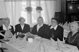 Katinhännän marttayhdistyksen viisi perustajajäsentä Eeva Kesäläinen (vas.), Aini Halminen, Maija Kaitila, Eila Tapani ja Aino Laine osallistuivat yhdistyksen 50-vuotisjuhlaan. Laitilan Sanomat 21.2.1996