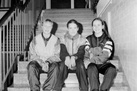 Kävelyn SM-mitalit vetivät Mari Rajamäen (vas.), Kia Minkkisen ja Jonna Voronkoffin suut hymyyn. Laitilan Sanomat 1.3.1996