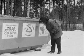 Laitilassa aloitettiin kokeiluluonteisesti muovinkeräys. Muoviastiat ja -kanisterit kannattaa litistää pieneen tilaan ennen keräysastiaan heittämistä. Mallia näyttää Laitilan ympäristösihteeri Marja-Terttu Parsama. Laitilan Sanomat 1.3.1996