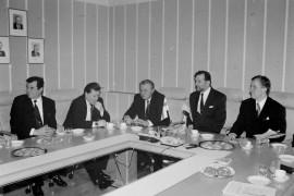 Ukrainalaisten virkamiesten tutustumiskäynti Laitilan kaupungintalolla aloitettiin käyntikorttien vaihtamisella. Laitilan Sanomat 14.2.1996
