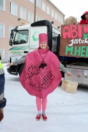 Mahtavaa heittäytymistä! Ella Hellsten pukeutui penkkareissa pierutyynyksi. Kuva: Maria Suomi