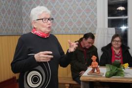 Jättiläispatsaalla palkittu Aila Vuorinen piti omannäköisen kiitospuheen ja kertoi yhden uusimman tarinansa kahdesta laitilalaisesta Arvosta, Kumpulasta ja Jurttilasta. Tero ja Kirsti Vuorela keskittyivät kuuntelemaan taitavaa sanankäyttäjää. Kuva: Eija Eskola-Buri