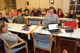 Laitilan Super Servicen toimitusjohtaja Nicklas Uusitalo antoi vinkkejä tietokoneen ja internetin käyttöön. Kuva: Pirkko Varjo