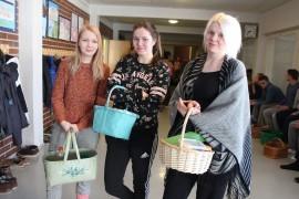 Päät täynnä tietoa ja korit pullollaan eväitä. Alisa Raitio (vas.), Eveliina Lainio ja Annika Savila valmiina ylioppilaskirjoituksiin. Kuva: Maria Suomi