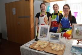 Roosa Kavisto, Venla Autio ja Essi Rantanen avaavat ensi kesänä kahvilan Ventolan kylätaloon. Kuva: Hanna Hyttinen