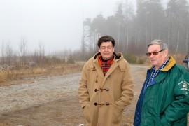 Reidun Rauno Luttinen (vas.) ja Markku Nurmi rannalla, jossa puolustusvoimien ampuma-alueesta muistuttaa sumusta pilkistävä tulenjohtotorni. Kuva: Juhani Marttala