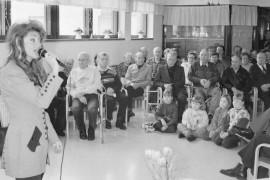 Laulaja Kike Elomaa viihdytti yleisöä Veljeskodin avoimien ovien päivänä. Päivän aikana laitoksessa vieraili yli 400 ihmistä. Laitilan Sanomat 3.4.1996