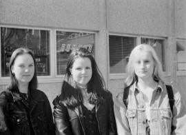 Mari Vainio-Kailan, Outi Häyrysen ja Maarit Peren mielestä kesä alkaa vapusta. He ovat ostaneet paljon erilaista vappukrääsää ja aikovat juhlistaa kevättä Laitilan kartsalla. Laitilan Sanomat 1.5.1996