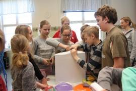 Itäkulman koululaiset kaivoivat heti lahjoitusvälineet esiin ja käyttöön. Kuva: Hanna Hyttinen