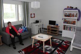 Tiina Holopainen on sisustanut huoneensa itsensä näköiseksi. Kuva: Hanna Hyttinen
