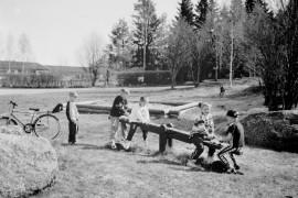 Ensi vuoden syksystä alkaen kunnat ovat velvollisia järjestämään esiopetusta kaikille halukkaille. Laiitlassa ollaan vähän aikaa edellä. Aikaisemmin opetusta sai vain päiväkodista, mutta nyt sitä on tarjolla myös Soukaisten, Kaivolan ja Untamalan kouluilla. Laitilan Sanomat 15.5.1996